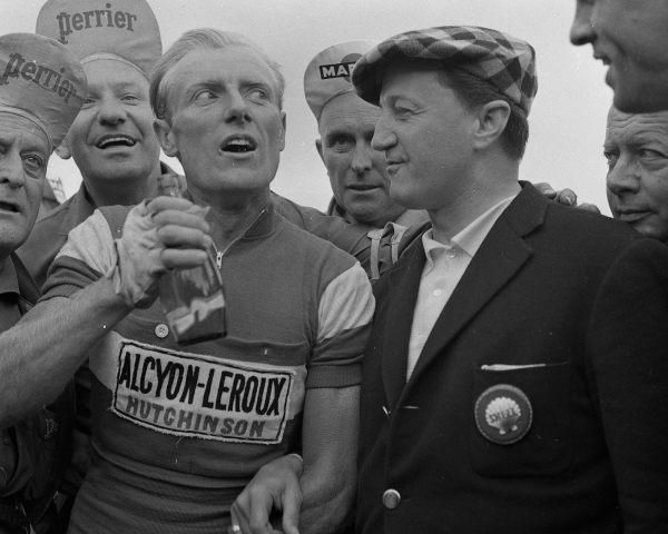 Tour de France 1961, étape Périgueux - Tours. Le Perrier de la victoire pour André Darrigade, félicité ici par le chanteur André Dassary. Touraine Loire Valley Photo NR, Robert Langereux -