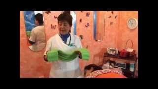 Demostración del cojín Terapéutico-Aromático para Hombros y Pecho MONARCA, diseñado por La Casa De Las Mariposas para ayudar en el alivio de dolores musculares o contracturas en hombros, homóplatos, escápulas y espalda. Y también es un gran auxiliar al colocarlo en el pecho y aspirar los componentes de su combinación de hierbas, semillas y minerales para padecimientos no graves de vías respiratorias (tos, catarro, gripa), de esta manera recuperarás tu Salud y armonía.