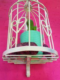 Jaulas decorativas con ménsula     Realizadas artesanalmente en hierro, disponibles en blanco o en colorado                  Quedan hermosa...