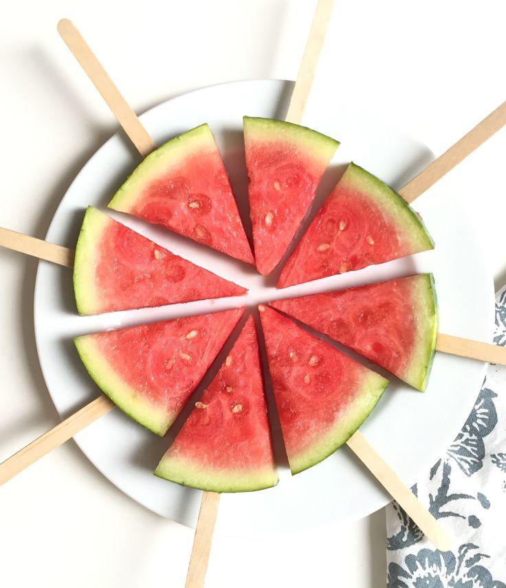So einfach und erfrischend: Wassermelone am Stiel. Einfach die Wassermelone in kleine Dreiecke schneiden, Holzstiel rein, ab ins Gefrierfach - fertig!