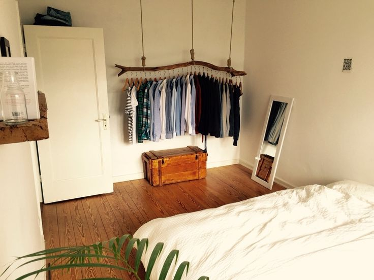 Holz-Trends aus Hamburg: Hängende Kleiderstange, Truhe, Regalbrett, Dielen aus Holz. Wohlfühl-Atmosphäre im WG-Zimmer. #Holz #gemütlich #WGHamburg