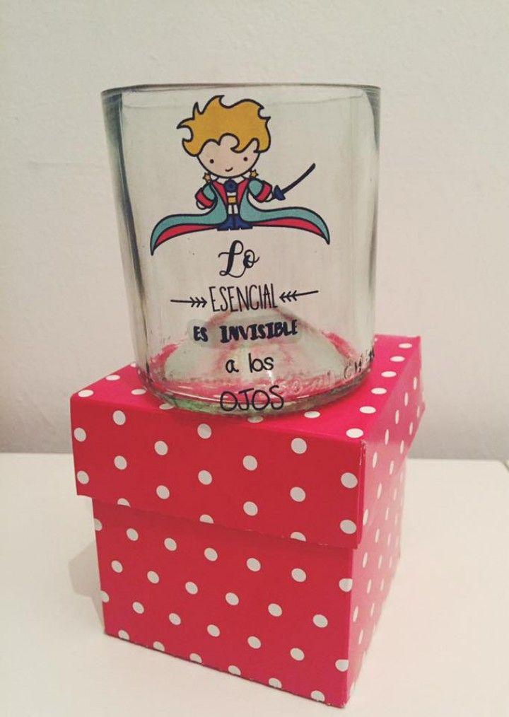 Vasos realizados artesanalmente a partir de botellas transparentes de alta densidad,con sus bordes lijados y decorados con vinilos lavables de excelente calidad. ( precio publicado sin caja ).  Tamaño: 8cm.