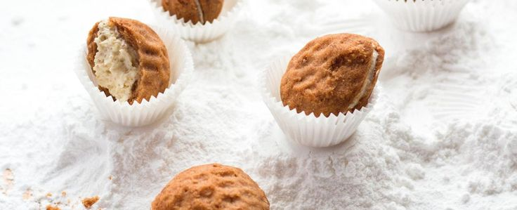 Z mouky, cukru, másla, žloutku, soli a kakaa udělejte těsto. Zabalte jej a nechte do druhého dne odpočinout. Ořechové formičky vymažte olejem a plňte...