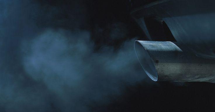 """Possíveis causas de fumaça preta excessiva em motores a diesel. Os adeptos do diesel geralmente se referem às suas máquinas com um título considerado mais um apelido do que qualquer outra coisa. O apelido """"queimador de óleo"""" é merecido, já que legiões de caminhões e trens já cortaram o interior vomitando nuvens gigantescas de fumaça preta de aparência demoníaca. A geração mais nova de motores a diesel ainda ..."""