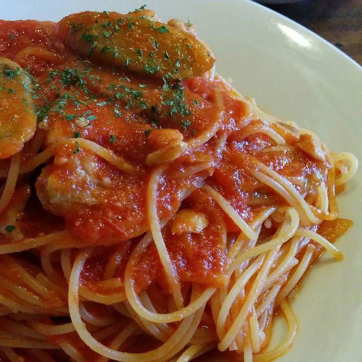 鶏肉とゴボウのトマトパスタ 大盛 ゴボウの風味とトマトって合うね  #サラメシ #パスタランチ #パスタ #ゴボウ #パンとサラダとドリンク付