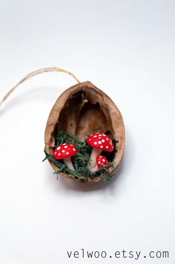 Pilz-Weihnachtsschmuck - Walnuss Shell Ornament - handgefertigte Ornament - Urlaub Dekor  Perfekte Geschenk für alle Pilze Spaß!  Sie erhalten eine Reihe von 6 Pilze Ornamente. Die ungefähre Größe der jedes Ornament ist 4cm. Die Walnüsse haben unterschiedliche Größen, weil sie natürlich sind.  Weitere ORNAMENTE: https://www.etsy.com/shop/Velwoo?section_id=16913364&ref=shopsection_leftnav_1 Weitere Pilz-Elemente…