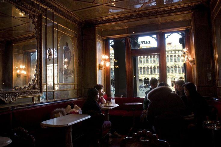 El Café Florian es uno de los mejores de la veneciana plaza de San Marcos, con pinturas románticas, grandes espejos y una agradable orquesta por la noche. Merece una visita por sí mismo.