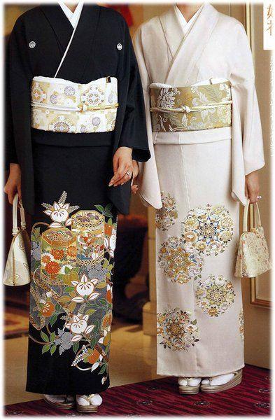 左が黒留袖(くろとめそで)で、右が色留袖(いろとめそで)です。どちらも裾部分に鮮やかな模様がデザインされていて、上品ながら華やかな印象ですよね。