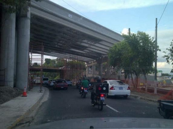Vista del puente 6, del blv D. de Holguín, luego de terminar la colocación de las vigas. Sobre Alam Manuel E. Araujo. Por la Ceiba de Guadalupe