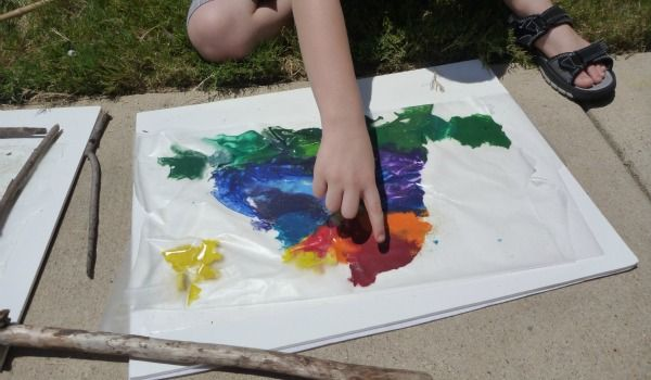 definitely a fun, random activity to do with the kiddies!! Similar to that melting crayon rainbow but with pieces of crayons in designs, looks fun!!