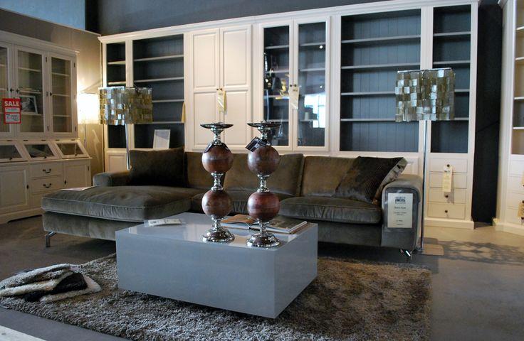 Grijze hoogglanzende tafel.. #hoogglans #grijs #interieur #interior #interieurwinkel #interiorstore #bank #couch #kandelaar #lampen #kasten #schakelkasten #interior #carpet #cabinet #bookshelve #bookcabinet #meubelsenmeer #meubels #en #meer