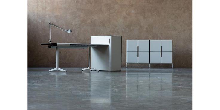 FIX er en bord- og oppbevaringsserie designet av Fredrik Torsteinsen, MNIL i Torsteinsen Design AS. Nye produksjonsteknikker hos Svenheim ga designeren inspirasjon, tanker og idéer til hvordan det buede hjørnet kunne utnyttes på unike high end møbler.