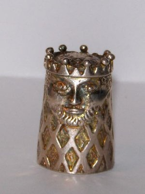 Sterling silver thimble of crowned king ... I want the 'queen' version ♥