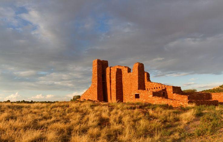 Piste de Salt Missions, Nouveau-Mexique, États-Unis - Au 15e siècle, les Franciscains établirent un réseau de postes religieux dans la vallée riche en sel nommée Salinas. Aujourd'hui, les ruines de pierre rouge de ces missions bordent la piste de Salt Missions, un tronçon méconnu des parcs nationaux américains.