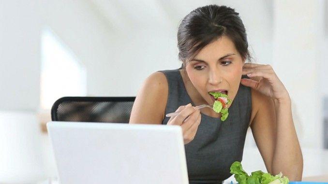 Makan saat kerja merupakan tantangan bagi banyak orang. Penyebab utama adalah kesibukan di kantor yang membuat tidak adanya waktu untuk menikmati makanan sehat, makanan yang umumnya dijual biasanya makanan yang praktis dan tidak memiliki kandungan gizi yang baik, dan tantangan lain karena makanan sehat biasanya tidak disukai dan dikalahkan dengan makanan cepat saji.