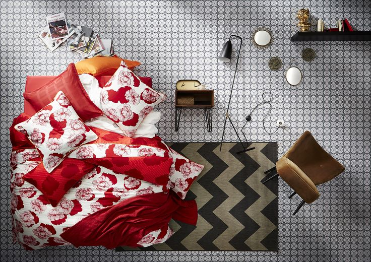 Linge de lit ESSIX avec de belles pivoines, d'un rouge cerise. Un avant gout de la période estivale! Le drap housse est uni en satin coloris rouge cerise. Disponible sur www.grandes-marques.fr