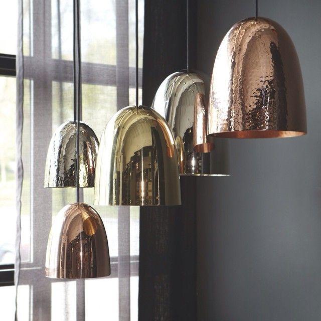 Instagram media by slettvoll_no - Endelig er denne nye serien med lamper i butikk. Stanlay finnes 3 størrelser og leveres i kobber, messing og nikkel. Blank eller hamret overflate. Håndlaget i England. Tøff i en gruppe eller med 2-3 over spisebord eller kjøkkenøy. #slettvoll