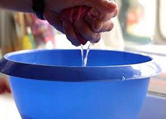 Проводя генеральную уборку в доме или квартире, очень много времени отнимает частое мытье окон и зеркал? Сегодня мы подскажем тебе способ, который поможет на дольше сохранить их чистоту и сэкономит тв…
