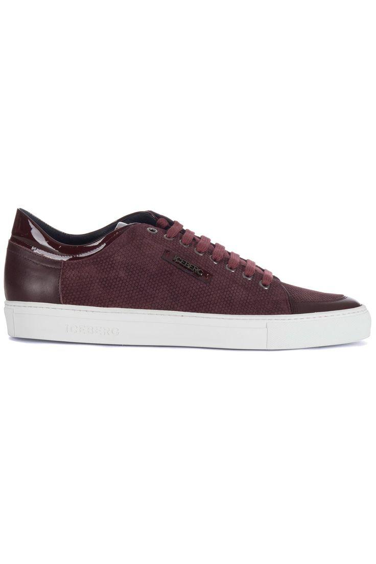 Bordeaux rode sneaker van het merk Iceberg. De schoen heeft een witte zool. In het leer zit een kleine honingraad print. Er zijn ook lak accenten aangebracht op de schoen. Op de zijkant zit een logo plaatje en op de zool staat Iceberg.