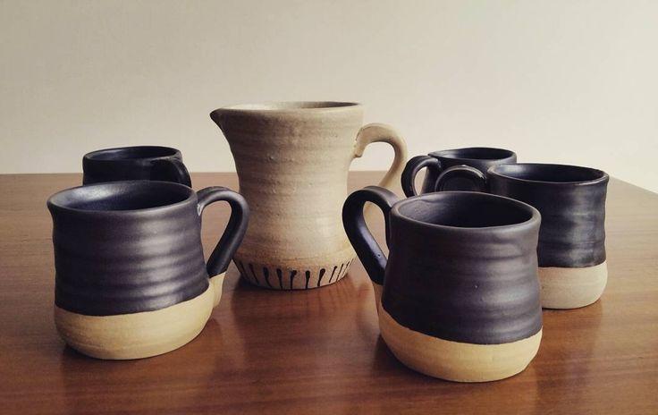 Mi primer juego de café. Cómo me costó conseguir hacer seis tazas iguales!! #ceramics #ceramica #pottery #wheelthrowing #love #clay #black #glaze #coffee #milk #coffeeset #handmade #Handthrown #Wheelthrown #stoneware #Pottersofinstagram