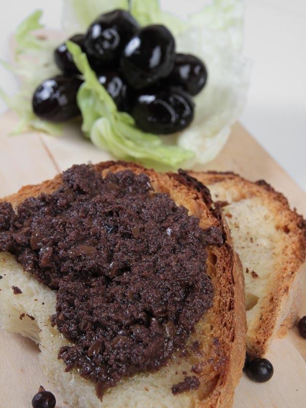 Bruschetta con Patè d'Olive nere - Pugliese Conserve