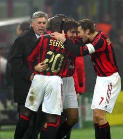 Carlo Ancelotti avec Clarence Seedorf, Andrea Pirlo, et Andrei Shevchenko, au temps du Milan AC