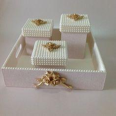 Perolas com resinas douradas , combinação perfeita. ! #kitbebê #perolas…