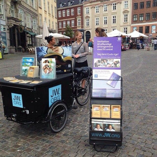 """En Copenhagen, Dinamarca.   Esto sí es un """"carrito"""" de verdad.  Aquí las Hermanas Cristianas Testigos de Jehová en la predicación publica  (witnessing in Copenhagen, Denmark. • ©Josephine Skytte. Jw.org)"""