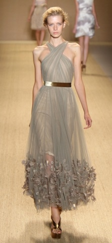 Monique Lhuillier S/S 2009 Love the dress, although I could do without the ruffles at the bottom.