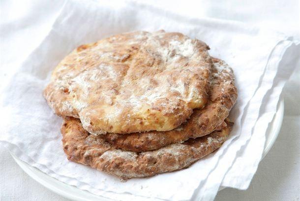 Jos leipä on loppunut, pyöräytä nopeat, maukkaat teeleivät! Rahka antaa teeleiville helposti hyvää makua sekä mehevyyttä. Leivinjauheella kohotettu leivonnainen on parhaimmillaan samana päivänä. Ohjeen lopussa vinkkejä, kuinka voit helposti maustaa teeleivät tilanteen mukaan. http://www.valio.fi/reseptit/rahkateeleivat-perusohje-ja-muunnokset/