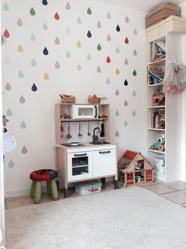 Habitación de niñas - cocina DUKTIG de IKEA y gotas de lluvia de vinilo sobre la…