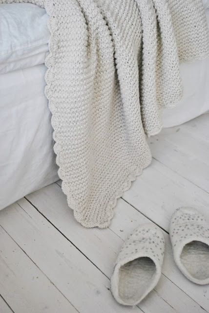 Beautiful scalloped crocheted edging on garter blanket (no pattern link)