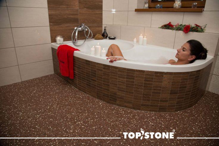 Připravujete se na relaxační adventní víkend?  Užijte si jej naplno!  V koupelně na fotografii byl aplikován mramorový kamínek TopStone Marrone Mogano s lehkou příměsí kamínku Botticino.  #topstone #advent #mramorovýkoberec #kamínkovýkoberec #litápodlaha #bezespár #relax