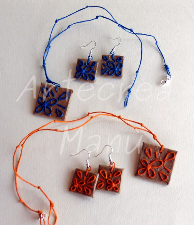 Collana e orecchini in carta naturale color avana, forma quadrata, decoro fili di carta blu e arancione. Necklace and earrings in brown paper natural color, square shape, decoration paper wires blue and orange Art. GC01