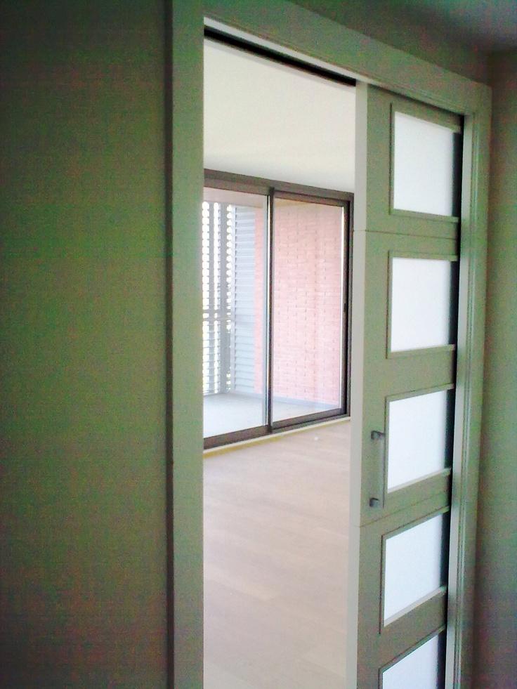 puerta corredera de recibidor a sala de estar vivienda baos con piscina