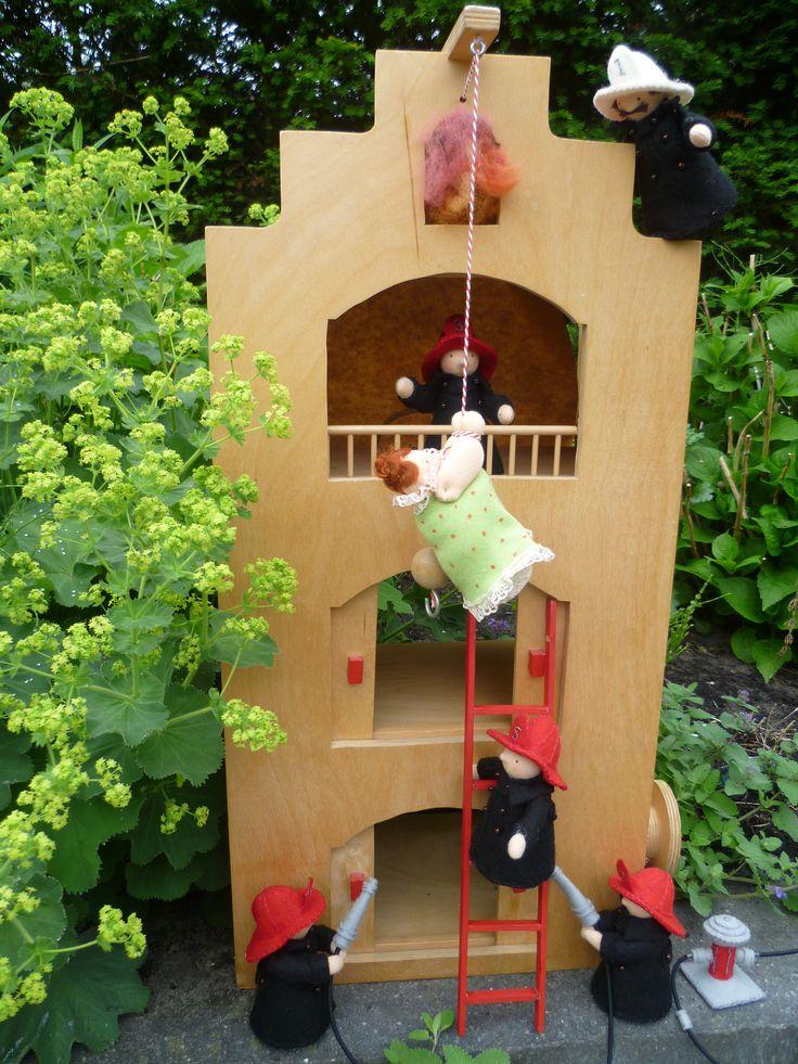 De brandweermannen redden Tante Mina Lutteput uit het brandende huis. Ontwerp: Atelier Grethilde www.grethilde.nl