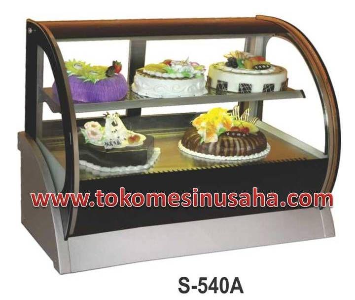 countertop cake showcase adalah rak pendisplay kue yang dapat menghangatkan kue/cake sehingga cake dapat awet. Type : S-540A Dimensi : 120 x 54 x 79 cm Volume : 155 L Power : 465 W Berat : 105 Kg Pendingin : R134A