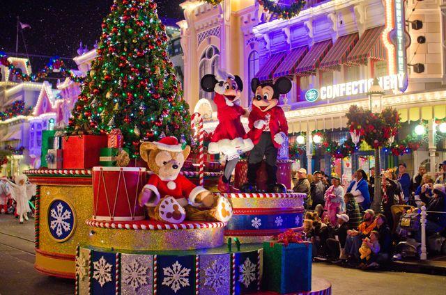 Cuando visitamos el año pasado entre la Navidad y el Año Nuevo, el Magic Kingdom abrió regularmente a las 7 am con Extra Magic Hours y un parque siempre estaba abierta hasta por lo menos 1 am (por lo general mucho más tarde). Entre las 7 am y las 9 am, las multitudes eran increíblemente ligero. Por el momento 10 a.m. llevó a cabo, las multitudes eran más pesados, pero nada insoportable.