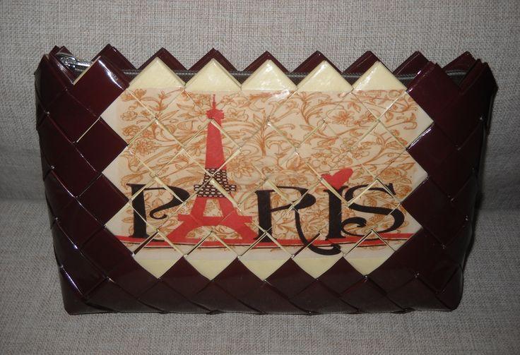 τσάντα από πλαστικοποιημένο χαρτί σε καφέ χρώμα με vintage εικόνα το Παρίσι.Διαστάσεων 27 εκ.(μήκος)Χ 18 εκ. (ύψος).