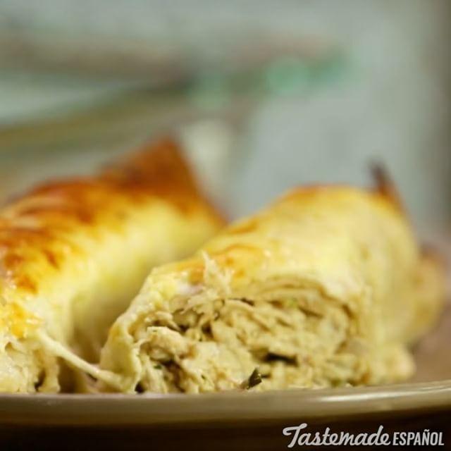 Enchiladas de Pollo⠀⠀⠀ *Guarda esta receta en la app. Link en la bio*⠀⠀⠀ INGREDIENTES:⠀⠀⠀ 8 #tortillas de #trigo o maíz⠀⠀⠀ 2 tazas de #pollo cocido⠀⠀⠀ 1 #cebolla morada picada⠀⠀⠀ 1 #pimiento verde en cubos pequeños⠀⠀⠀ 2 cdas. de #chile picado⠀⠀⠀ 150 gr. de #queso crema firme⠀⠀⠀ 1cda. de #comino en polvo⠀⠀⠀ 1 taza leche⠀⠀⠀ 1 pack de #crema de hongos⠀⠀⠀ ½  taza de crema de leche/nata⠀⠀⠀ 1 taza de #mozzarella rallada⠀⠀⠀ Sal, oliva y cilantro.⠀⠀⠀ PREPARACIÓN:⠀⠀⠀ En un bowl integrar la leche, la…
