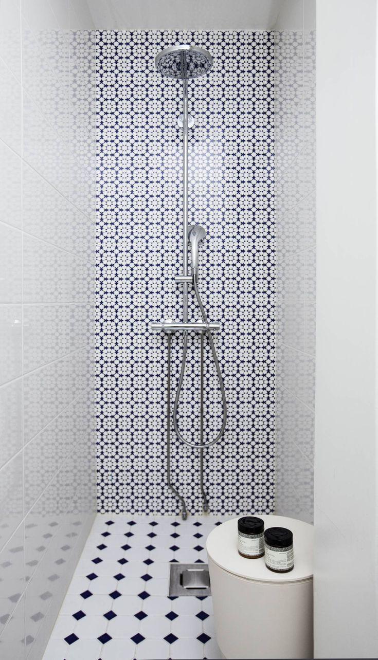 Anna halusi kylpy-huoneeseen hitusen turkkilaista henkeä. Sitä tuo Laattapisteestä hankittu koukeroinen seinäkaakeli. Lattiaan valittiin Laattapisteen laatta, jossa on ripaus koboltinsinistä. Näppärä säilytyskaluste on Philippe Starckin ja suihku Hansgrohen.