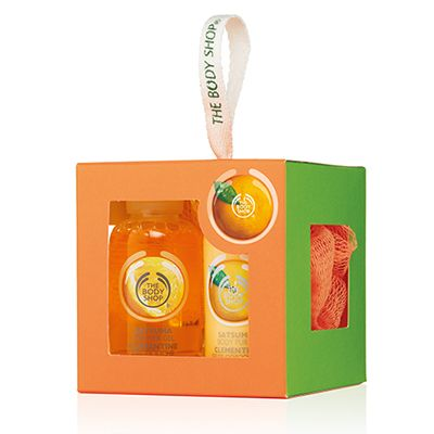 Treat someone to a little bit of sunshine with this cute cube of mini juicy satsuma-scented bath-time treats. Satsuma Shower Gel 60ml Satsuma Body Puree 60ml Orange Mini Crinkle Bath Lily
