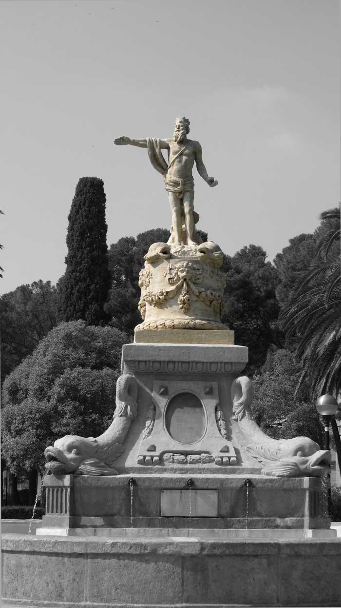 Fue la primera fuente de agua potable que se instaló en la ciudad. Originalmente se ubicó en la actual Plaza de San Francisco, después llamada de la Constitución y hoy de España. Parque Grande José Antonio Labordeta.