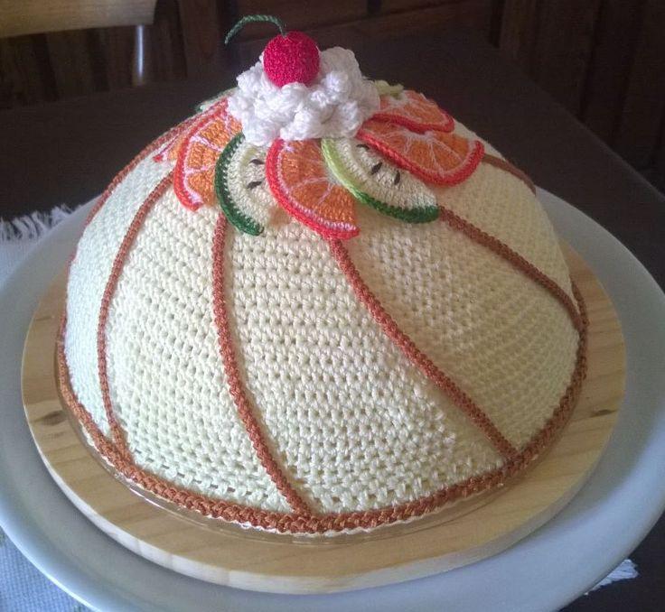 porta torte a forma di Zuccotto alla crema, realizzato interamente all'uncinetto