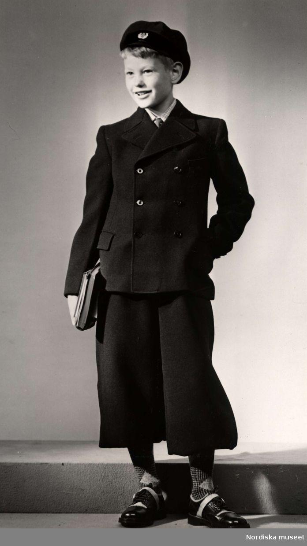 Skolkläder, en pojke med böcker i handen visar kläder. Nordiska Kompaniet, 1940