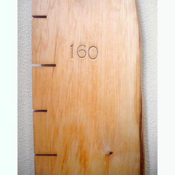 子どもの思い出を刻む無垢板の身長計