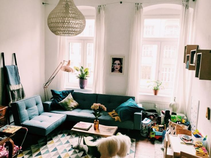 Schnes Berliner Wohnzimmer In Prenzlauer Berg Dunkelblaue Couch Hohe Fenster