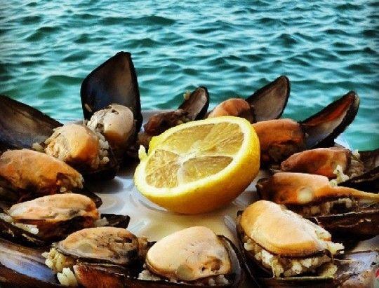 MİDYE DOLMA - Midye dolma İstanbul sokaklarında sık sık rastlayabileceğimiz lezzetlerden biri… Her yerde yenmez tabii ama güzelini buldun mu tadına doyum olmaz. Benim favori sokak midyecim Büyükçekmece sahilindeki Pamuk Nine. Beyoğlu müdavimleri için de Balık Pazarı'nın girişindeki seyyar tezgahı önerebilirim. Fotoğraf: magger.com