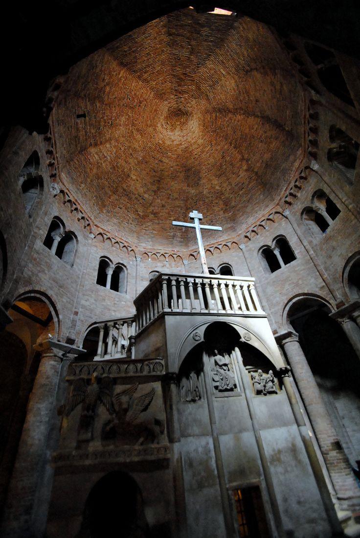 https://flic.kr/p/qGvHn8 | Verso la luce | Bologna - Basilica di Santo Stefano (o delle Sette Chiese) - Interno della Chiesa del Santo Sepolcro