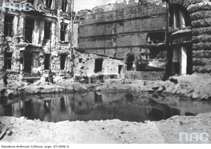 22 August 1944, bomb crater in Plac Henryka Dąbrowskiego near ul. Kredytowa.
